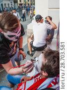 Купить «Мужчина гример работает на карнавале в честь Дня мертвых. Национальный дом для мексиканских болельщиков в Гостином дворе. Чемпионат мира по футболу FIFA 2018 года. Москва», фото № 28703581, снято 29 июня 2018 г. (c) Алёшина Оксана / Фотобанк Лори