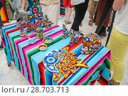Купить «Национальные сувенирные изделия индейцев племени Уичоли, выполненные в технике бисерной мозаики. Национальный дом для мексиканских болельщиков в Гостином дворе. Празднование Дня мертвых. Москва», фото № 28703713, снято 29 июня 2018 г. (c) Алёшина Оксана / Фотобанк Лори