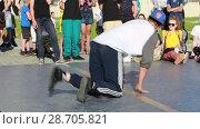 Купить «Соревнования по брейк данс. Уличные танцоры», видеоролик № 28705821, снято 30 июня 2018 г. (c) Евгений Ткачёв / Фотобанк Лори