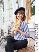 Купить «Девушка с булками в современном городе», фото № 28707585, снято 9 июля 2018 г. (c) Момотюк Сергей / Фотобанк Лори