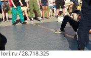 Купить «Соревнования по брейк данс. Уличные танцоры», видеоролик № 28718325, снято 30 июня 2018 г. (c) Евгений Ткачёв / Фотобанк Лори