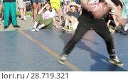 Купить «Соревнования по брейк данс. Уличные танцоры», видеоролик № 28719321, снято 30 июня 2018 г. (c) Евгений Ткачёв / Фотобанк Лори
