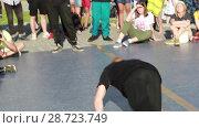 Купить «Соревнования по брейк данс. Уличные танцоры», видеоролик № 28723749, снято 30 июня 2018 г. (c) Евгений Ткачёв / Фотобанк Лори