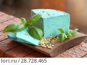 Купить «Сыр Песто на деревянной тарелке», фото № 28728465, снято 9 июля 2018 г. (c) Марина Володько / Фотобанк Лори