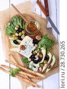 Купить «Голубой сыр с орехами и оливками», фото № 28730265, снято 11 мая 2018 г. (c) Марина Володько / Фотобанк Лори