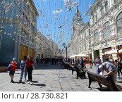 Купить «Туристы на Никольской улице в центре Москвы летом», эксклюзивное фото № 28730821, снято 2 июля 2018 г. (c) lana1501 / Фотобанк Лори