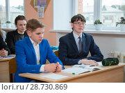 Купить «Урок в одиннадцатом классе», фото № 28730869, снято 9 апреля 2018 г. (c) Иван Карпов / Фотобанк Лори