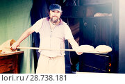 Купить «baker posing with shovel and grain dough», фото № 28738181, снято 22 октября 2016 г. (c) Татьяна Яцевич / Фотобанк Лори