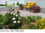 Купить «Лавочка на фоне загородного дома», фото № 28746281, снято 30 июня 2018 г. (c) Natalya Sidorova / Фотобанк Лори