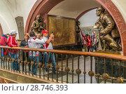 Купить «Москва, болельщики делают фотографии на память на станции метро площадь Революции во время Чемпионата мира по футболу», эксклюзивное фото № 28746393, снято 15 июня 2018 г. (c) Виктор Тараканов / Фотобанк Лори