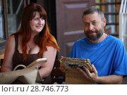 Купить «Счастливые мужчина и женщина смотрят фотоальбом», фото № 28746773, снято 9 июня 2018 г. (c) Марина Володько / Фотобанк Лори