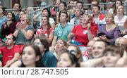 Купить «Наряжённые лица болельщиков на трибуне Гостиного двора, смотрящих мачт Россия-Хорватия в Москве», эксклюзивное фото № 28747505, снято 7 июля 2018 г. (c) Дмитрий Неумоин / Фотобанк Лори