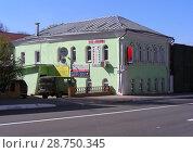 Купить «Рекламные плакаты на фасаде двухэтажного кирпичного дома. Улица Панфилова, 6. Город Волоколамск. Московская область», эксклюзивное фото № 28750345, снято 6 мая 2015 г. (c) lana1501 / Фотобанк Лори
