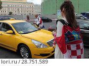 Купить «Москва. Хорваты в центре москвы разговаривают с таксистом», эксклюзивное фото № 28751589, снято 14 июля 2018 г. (c) Дмитрий Неумоин / Фотобанк Лори