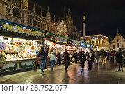 Купить «Рождественский базар на площади Мариенплац в Мюнхене около Новой ратуши, Германия», фото № 28752077, снято 12 декабря 2017 г. (c) Михаил Марковский / Фотобанк Лори
