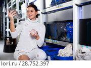Купить «Girl at aquarium store choosing interesting stones, rocks and corals», фото № 28752397, снято 17 февраля 2017 г. (c) Яков Филимонов / Фотобанк Лори