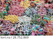 Купить «Разноцветные леденцы на Рождественской ярмарке», фото № 28752869, снято 31 декабря 2014 г. (c) Наталья Волкова / Фотобанк Лори