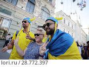 Купить «Шведские фанаты на Никольской улице, город Москва», эксклюзивное фото № 28772397, снято 16 июня 2018 г. (c) Дмитрий Неумоин / Фотобанк Лори