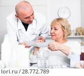 Купить «MAture woman and doctor», фото № 28772789, снято 14 ноября 2017 г. (c) Яков Филимонов / Фотобанк Лори
