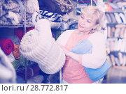 Купить «mature housewife purchaser holding soft plaids», фото № 28772817, снято 29 ноября 2017 г. (c) Яков Филимонов / Фотобанк Лори