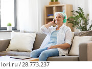 Купить «senior woman in headphones listening to music», фото № 28773237, снято 24 мая 2018 г. (c) Syda Productions / Фотобанк Лори