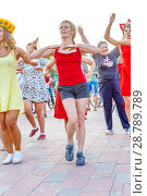 Купить «Russia, Samara, August 2017: dancing beautiful and elegant stylish girls participating in the carnival costumed women's bike ride in the summer evening», фото № 28789789, снято 20 августа 2017 г. (c) Акиньшин Владимир / Фотобанк Лори