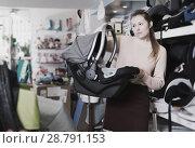 Купить «consumer with infant's car cradle», фото № 28791153, снято 19 декабря 2017 г. (c) Яков Филимонов / Фотобанк Лори