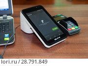 Купить «Он-лайн касса, пин-пад для банковских карт», фото № 28791849, снято 19 июля 2018 г. (c) Игорь Р / Фотобанк Лори