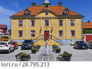 Купить «Mariefred, Sweden A man walks by the town library in the perfectly restored and charming city center of Mariefred, a small town pop. 3,000 on Lake Mälaren about 40 kilometers south from Stockholm.», фото № 28795213, снято 27 июня 2018 г. (c) age Fotostock / Фотобанк Лори