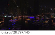 Night view of the harbor with yachts in the expensive tourist area Dubai Marina stock footage video (2018 год). Редакционное видео, видеограф Юлия Машкова / Фотобанк Лори