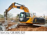 Купить «hydraulic breaker hammer excavator at demolition work», фото № 28805521, снято 21 апреля 2018 г. (c) Дмитрий Калиновский / Фотобанк Лори