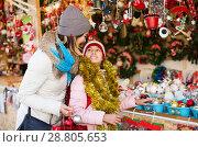 Купить «Girl with mom buying decorations», фото № 28805653, снято 21 сентября 2018 г. (c) Яков Филимонов / Фотобанк Лори