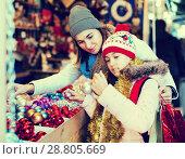 Купить «Girl with mom buying decorations», фото № 28805669, снято 21 сентября 2018 г. (c) Яков Филимонов / Фотобанк Лори