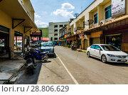 Купить «Городские улицы провинциального города Жилые здания и магазины. Таиланд, Краюби», фото № 28806629, снято 17 февраля 2013 г. (c) Игорь Рожков / Фотобанк Лори