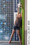 Купить «Парк футбола и отдыха на Красной площади. Девочка с футбольным мячом в руках позирует на фото-стенде, изображающем футбольные ворота. FIFA, чемпионат мира 2018», фото № 28807409, снято 12 июля 2018 г. (c) Наталья Николаева / Фотобанк Лори