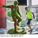 Купить «Парк футбола на Красной площади. В центральном павильоне мужчина позирует на фото-стенде рядом с фигурой Криштиану Роналду. FIFA, чемпионат мира 2018», фото № 28807417, снято 12 июля 2018 г. (c) Наталья Николаева / Фотобанк Лори
