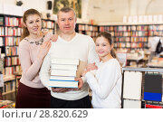 family of three standing in bookshop. Стоковое фото, фотограф Яков Филимонов / Фотобанк Лори