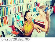 Купить «Mother with daughter in bookstore», фото № 28826705, снято 21 августа 2019 г. (c) Яков Филимонов / Фотобанк Лори