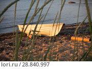 Купить «Белая лодка на берегу моря на закате», фото № 28840997, снято 6 июля 2018 г. (c) Victoria Demidova / Фотобанк Лори