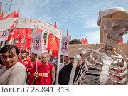 Купить «Участники шествия КПРФ против изменений в пенсионном законодательстве на проспекте Сахарова в городе Москве с требованием отменить пенсионную реформу», фото № 28841313, снято 28 июля 2018 г. (c) Николай Винокуров / Фотобанк Лори