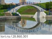 Купить «Пешеходный мост через протоку между прудами. Олимпийские пруды. Район Очаково-Матвеевское. Москва», эксклюзивное фото № 28860301, снято 30 мая 2016 г. (c) lana1501 / Фотобанк Лори