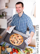 Купить «man holding baking sheet with delicious pizza», фото № 28860725, снято 29 марта 2016 г. (c) Татьяна Яцевич / Фотобанк Лори