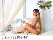 девушка в кружевном белье сидит на подоконнике. Стоковое фото, фотограф Момотюк Сергей / Фотобанк Лори