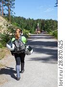 Купить «Женщина мотоциклист идет к достопримечательности и снимает на свой телефон», фото № 28870625, снято 12 июня 2018 г. (c) Кекяляйнен Андрей / Фотобанк Лори