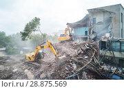 Купить «excavator crasher machine at demolition on construction site», фото № 28875569, снято 14 июля 2018 г. (c) Дмитрий Калиновский / Фотобанк Лори