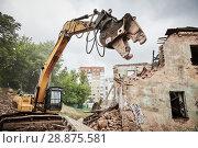 Купить «excavator crasher machine at demolition on construction site», фото № 28875581, снято 7 июля 2018 г. (c) Дмитрий Калиновский / Фотобанк Лори