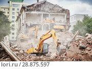 Купить «excavator crasher machine at demolition on construction site», фото № 28875597, снято 23 июля 2018 г. (c) Дмитрий Калиновский / Фотобанк Лори
