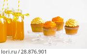 cupcakes and lemonade or juice in glass bottles. Стоковое видео, видеограф Syda Productions / Фотобанк Лори