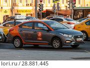 Купить «Делимобиль. Прокатная машина в потоке транспорта.», фото № 28881445, снято 2 августа 2018 г. (c) Сергей Неудахин / Фотобанк Лори