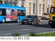 Купить «Прокатный автомобиль движется по улице», фото № 28881545, снято 1 августа 2018 г. (c) Сергей Неудахин / Фотобанк Лори